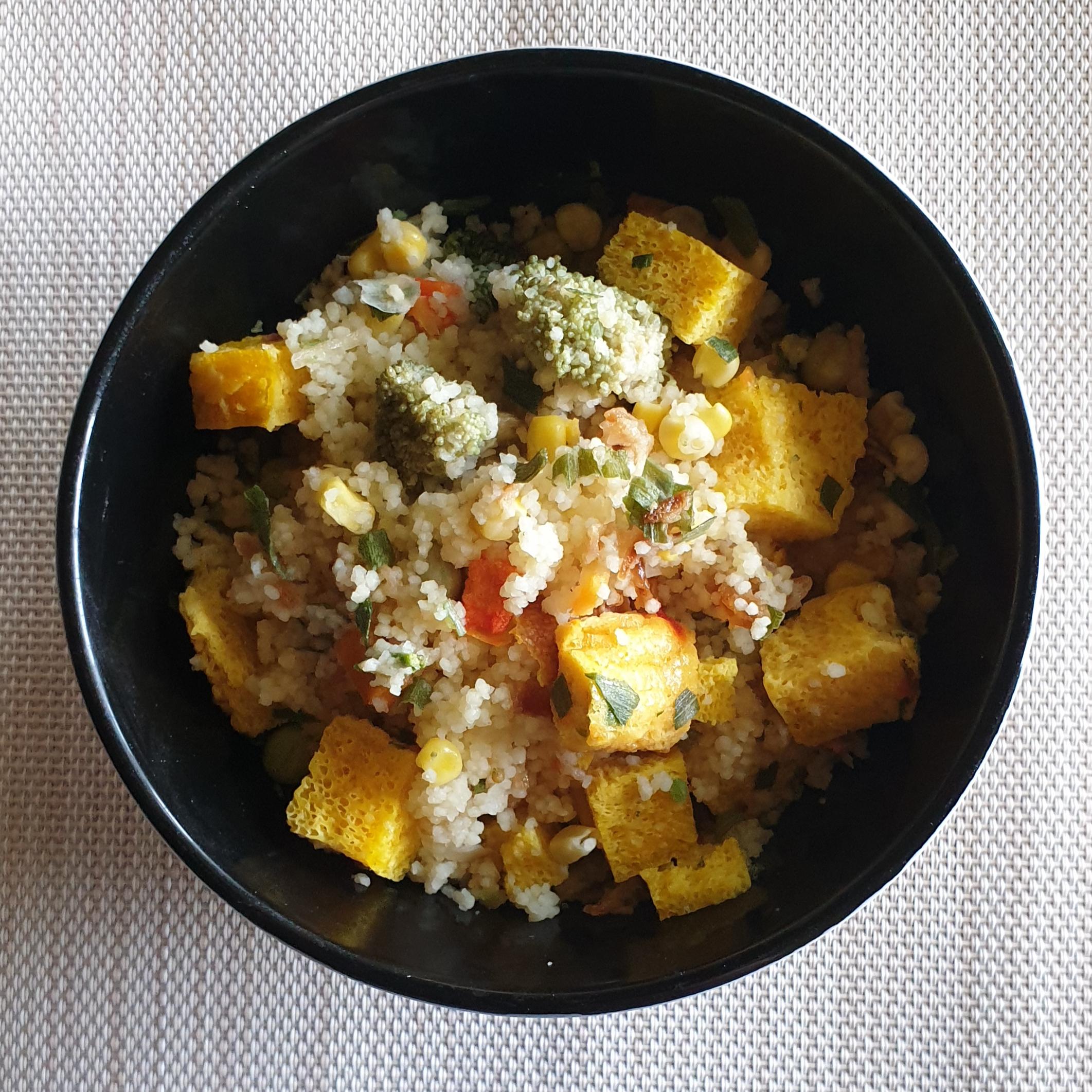 Кус-кус з омлетом та овочами